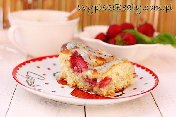 drożdżowe ciasto z truskawkami