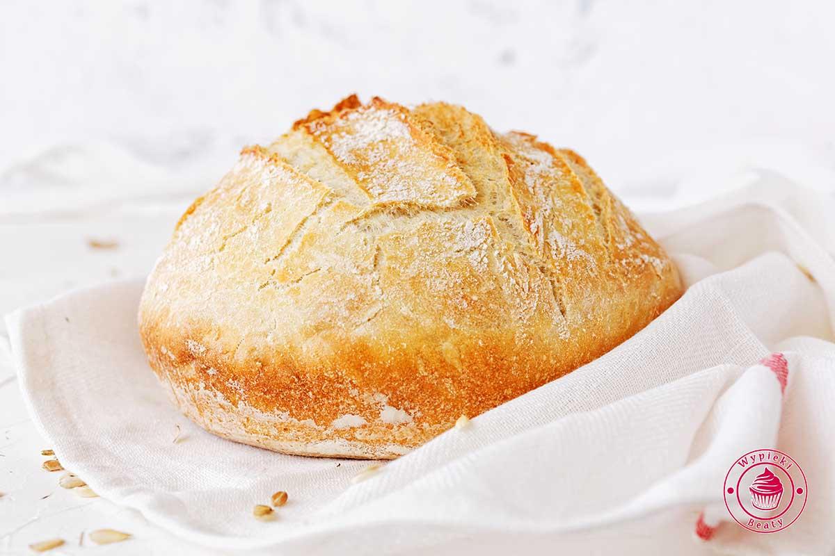 chleb pszenny w garnku