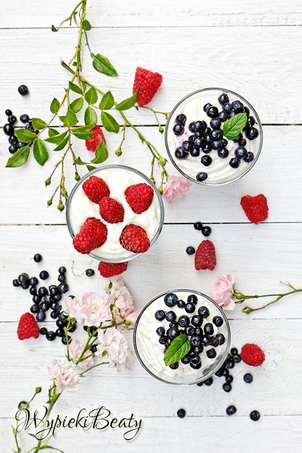 mus z białej czekolady z owocami_1