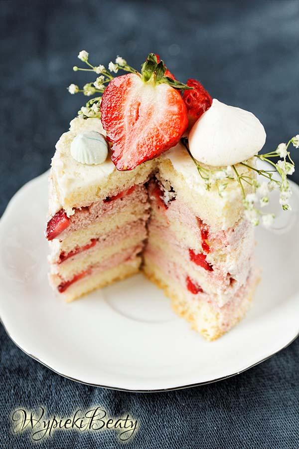 tort z kremem truskawkowym i truskawkami