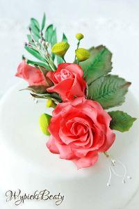 tort z bukietem róż
