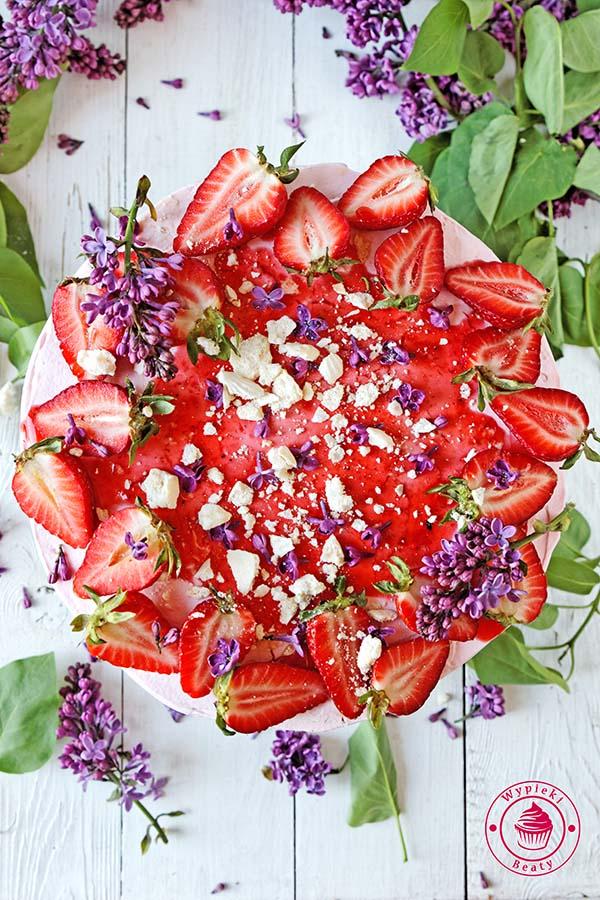 tort ombre z pieczonymi truskawkami 1