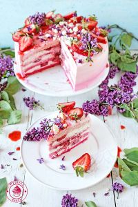 cream and strawberries cake