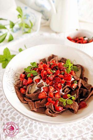 makaron czekoladowy z truskawkami 4