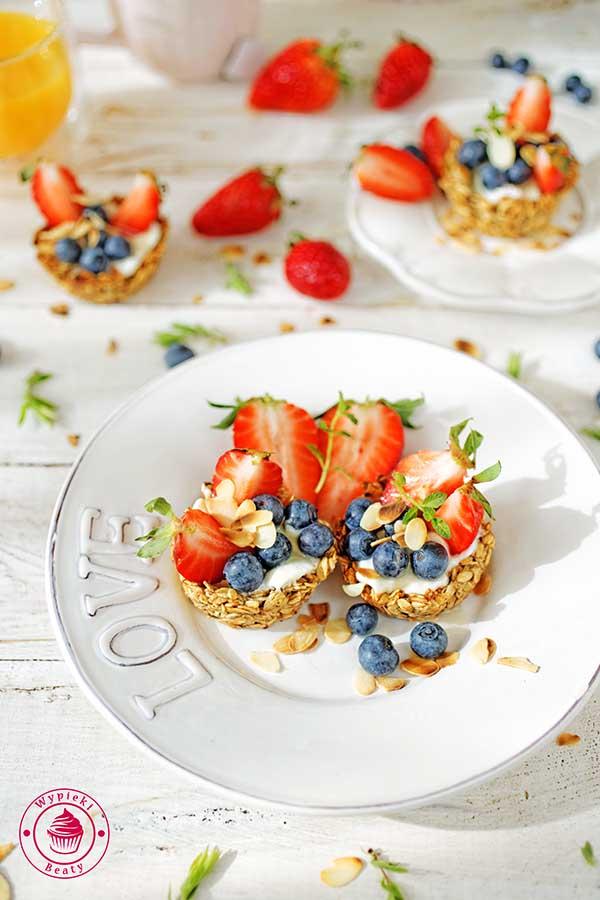 musli z jogurtem i owocami