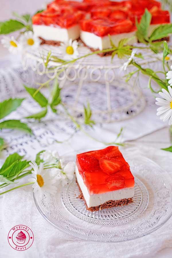 kostka sernikowa z truskawkami