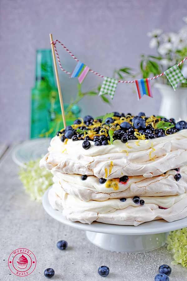 tort z bitą śmietaną i jagodami
