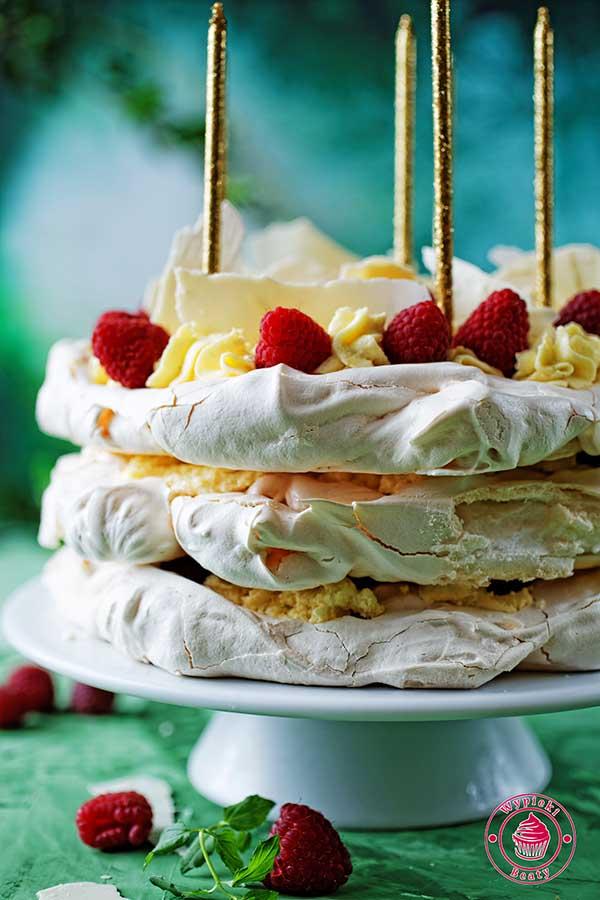 tort bezowy z kremem bawarskim i malinami