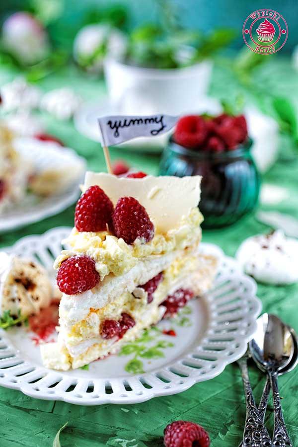 tort bezowy z kremem i malinami