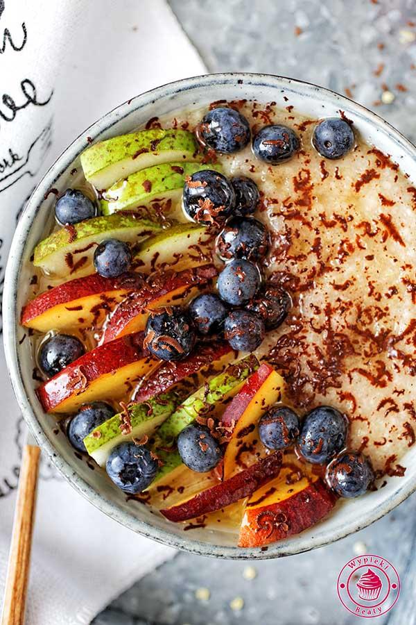 jaglanka z owocami gruszki i brzoskwini