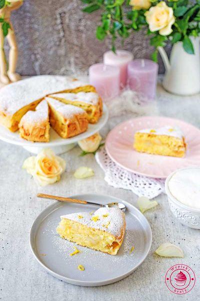 lekkie i puszyste ciasto z prażonymi jabłkami i cukrem pudrem