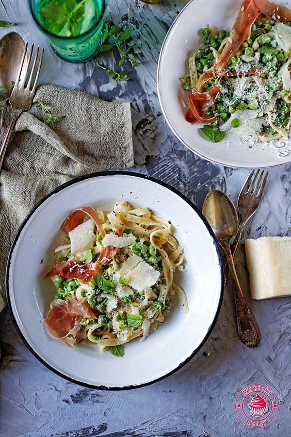 proste spaghetti z zielonym groszkiem i parmezanem