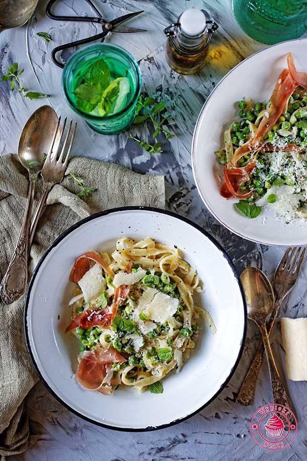 kremowe spaghetti z groszkiem i szynką