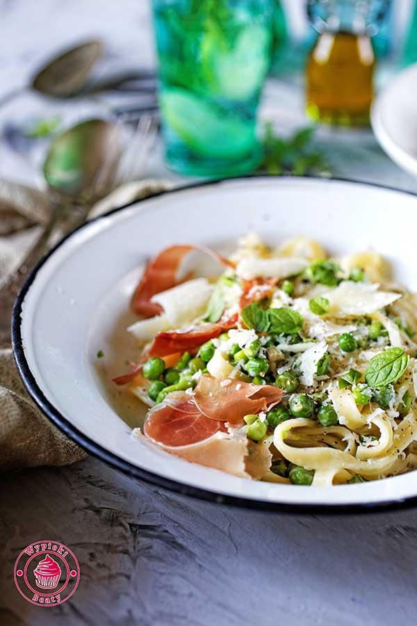 spaghetti z kremowym sosem, zielonym groszkiem oraz włoską szynką prosciutto
