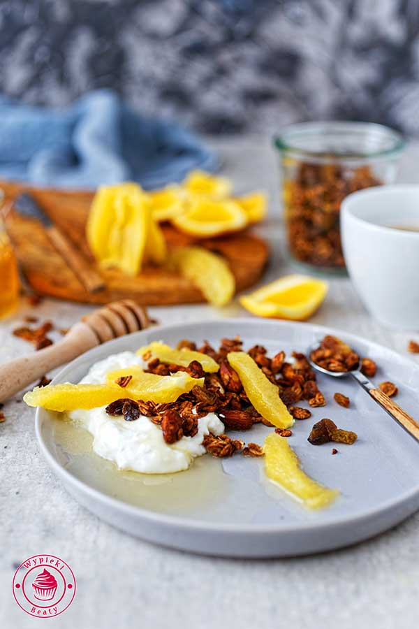 dietetyczne śniadanie z granolą, jogurtem naturalną i owocami