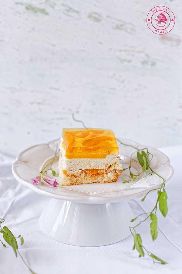ciasto z brzoskwiniami i galaretką