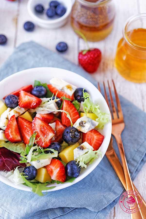 sałatka z owocami i serem pleśniowym