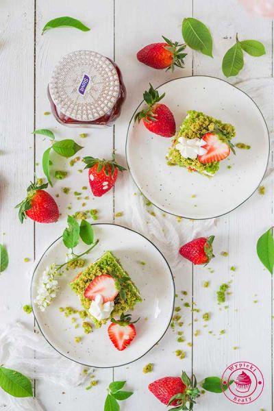 szpinakowe ciasto z masą jogurtową i truskawkami