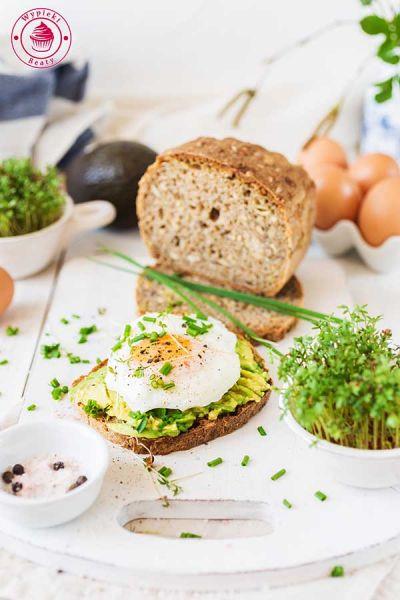 fit kanapka z awokado i jajkiem