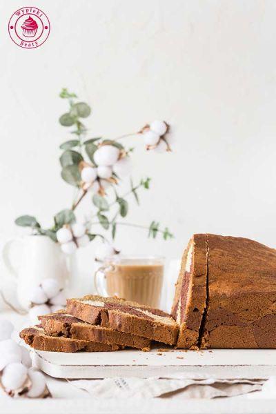 piękna babka z chrupiącą skórką w kolorze czekoladowo-kawowym z domieszką wanilii