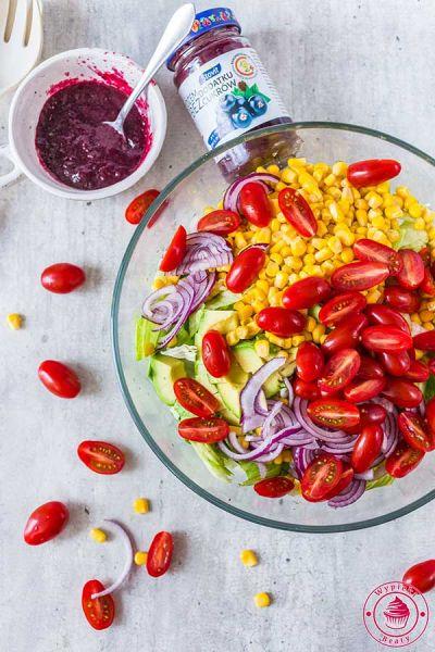 sałatka z pomidorami, awokado i kukurydzą
