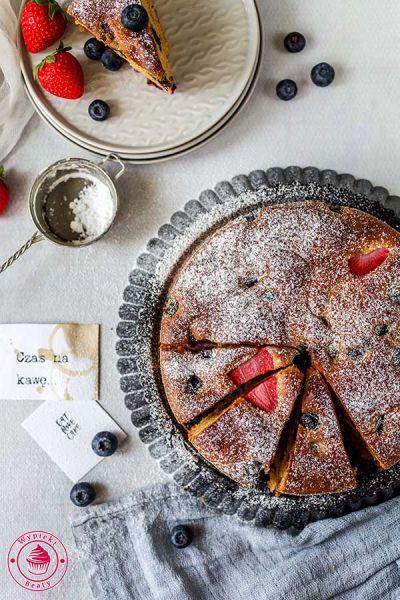 ciasto z truskawkami i borówkami