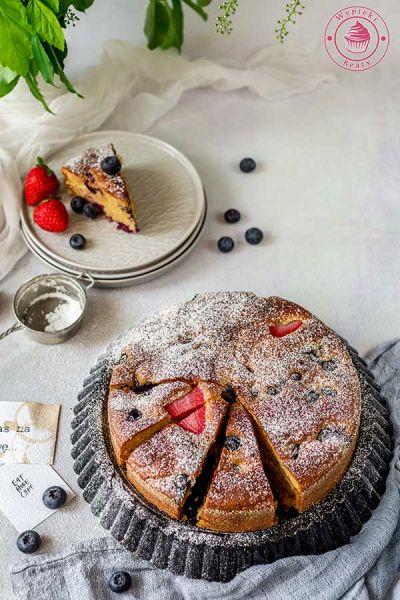 ciasto z odżywką białkową i truskawkami
