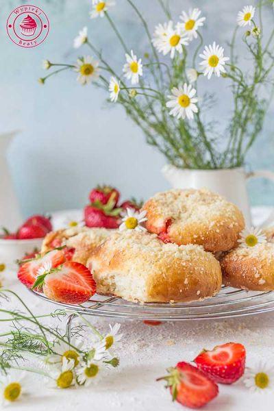 drożdżówki z kruszonką i truskawkami