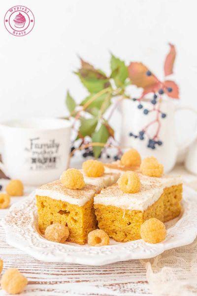 ciasto marchewkowe z gruszkowym kremem