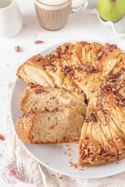 puszyste ciasto z gruszkami i orzechami