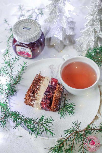 ciasto z kremem i galaretką wiśniową