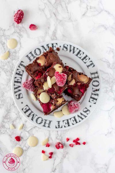brownie z malinami i czekoladą