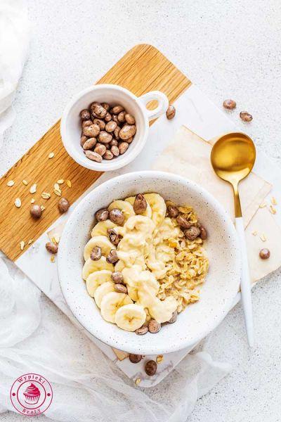 owsianka z masłem orzechowym i bananem