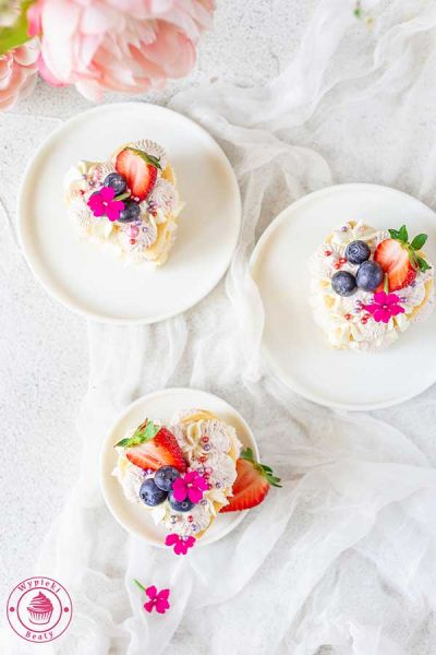 torcik z kremem i owocami