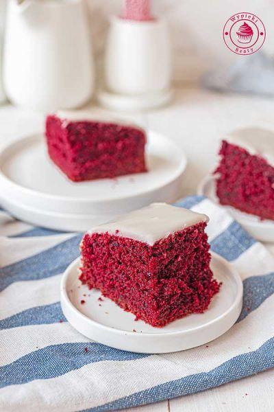 wilgotne czerwone ciasto