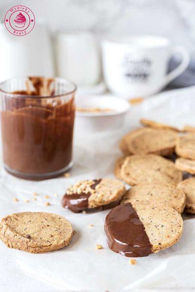 ciasteczka z orzechami w czekoladzie