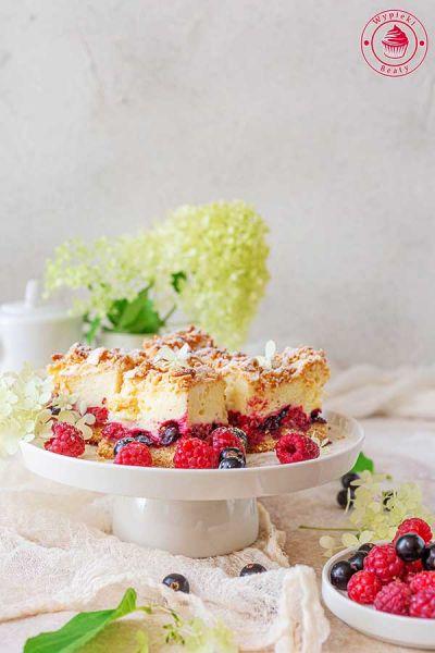 ciasto z budyniową pianką i owocami