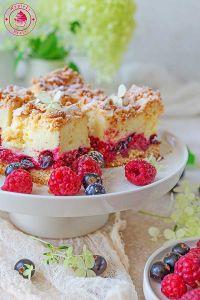 kruche ciasto z pianką i owocami